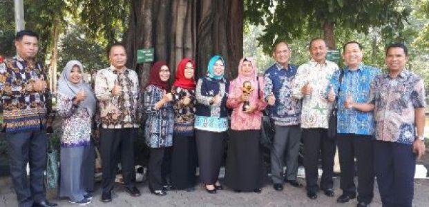 Memperlihatkan - Bupati Kobar Hj Nurhidayah,Kepsek SMAN-1 Pangkalan Bun dan Kepala DLH Provinsi Kalteng Fahrizal Fitri bersama Kepala SOPD Kobar terkait sedang poto bersama seusai menerima penghargaan di Jakarta Rabu (2/8).