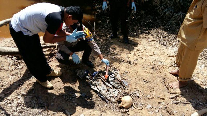 Polisi saat melakukan penyidikan terhadap potongan tengkorak yang ditemukan di Desa Penyombaan Senin (4/9) lalu.