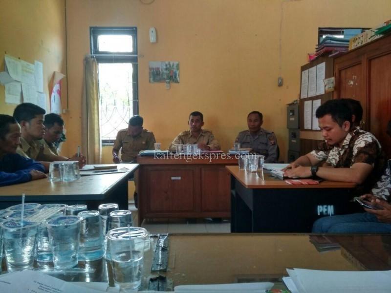 Mediasi saat dilakukan di Kantor Kecamatan Seruyan Hilir yang dihadiri sejumlah perwakilan Polsek, kecamatan dan pihak perusahaan serta warga yang bersangketa belum lama ini.