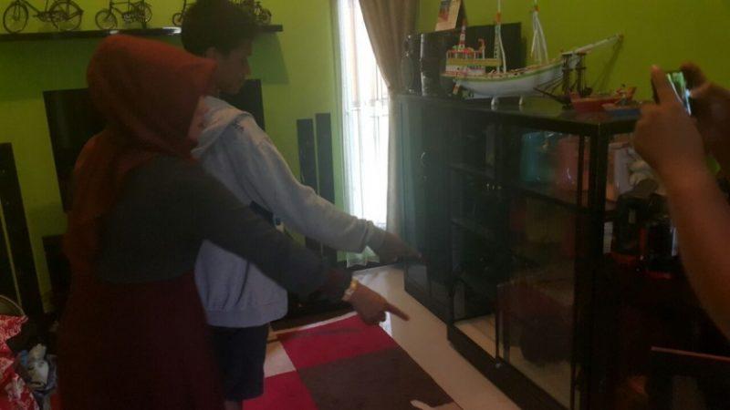 Pemilik rumah saat menunjukan tempat pelaku mencuri barang didalam rumah