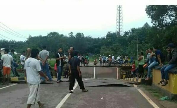 Jembatan yang ambruk saat ramai dikunjungi warga.