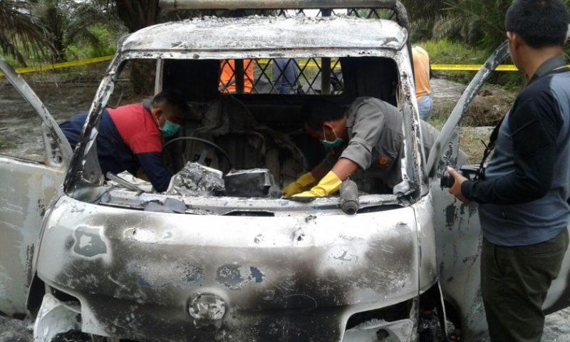 Mobil yang dikendarai kedua korban saat ditemukan anggota dalam kondisi sudah hangus Minggu (4/2/2018).