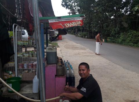 Pengecer Bahan Bakar Minyak (BBM) di Kota Puruk Cahu saat merapikan jualannya. Sementara harga BBM jenis Premium di Hulu Barito masih melambung tinggi.