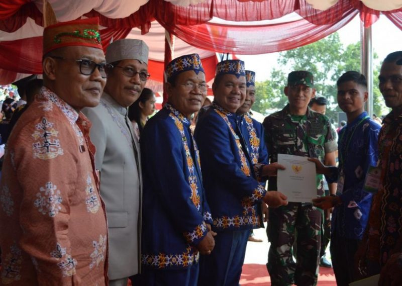 Bupati Kapuas Ben Brahim saat membagikan sertifikat kepada warga secara simbolis Kamis (21/3/2019).