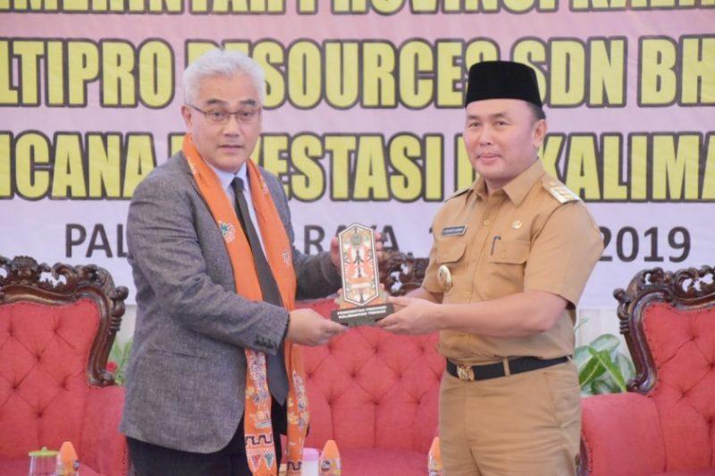 Gubernur Kalteng Sugianto Sabran saat serah terima cenderamata dengan perwakilan Brunei Darussalam.