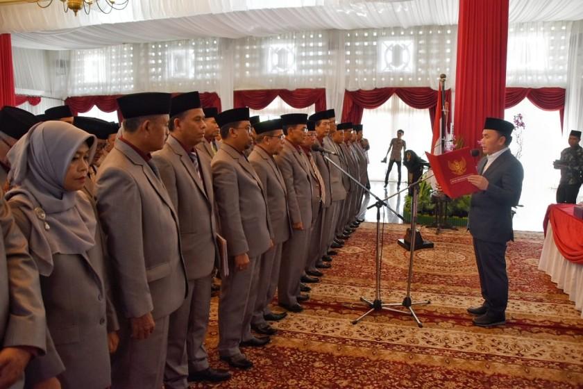 MELANTIK : Gubernur Kalteng Sugianto Sabran mengambil sumpah para Dewan Hakim dan Panitera STQ ke-XXII Tingkat Provinsi tahun 2019 di Istana Isen Mulang, Jumat (26/4/2019).
