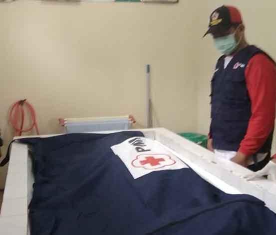 Jasad korban saat dievakuasi ke kamar jenazah Kamis (25/4).