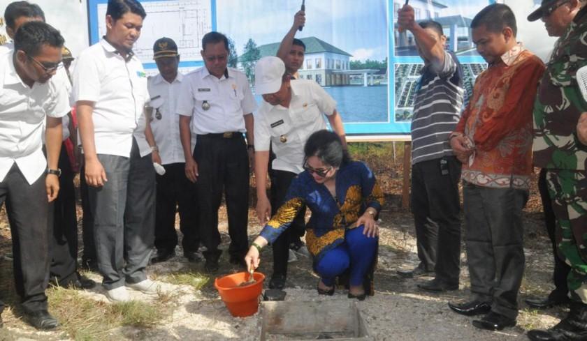 Bupati Kapuas Ben Brahim bersama unsur FKPD Kapuas, saat menyaksikan Isterinya Ny Ary Egahni meletakan batu pertama pembangunan GPU Pujon, Rabu (10/4/2019).