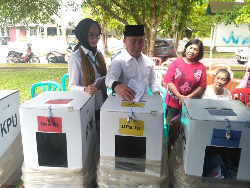 Gubernur Kalteng Sugianto Sabran bersama istri Yulistra Ivo saat menggunakan hak pilihnya di TPS 01Jalan Ir Juanda, kota Palangka Raya, Rabu (17/4/2019).