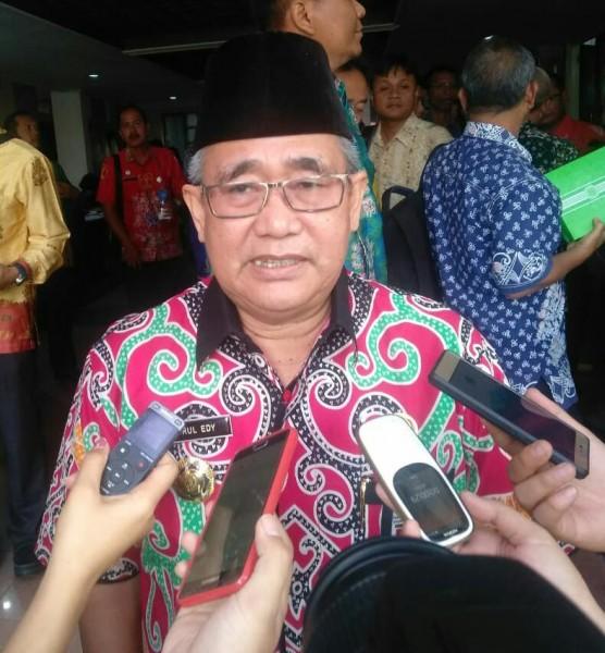 Asisten II Setda Provinsi Kalteng Drs. H. Nurul Edy saat memberikan keterangan kepada awak media.