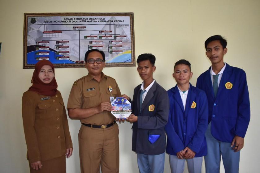 Plt Kepala Diskominfo Kabupaten Kapuas H Suwarno Muriyat, saat memberikan sertifikat kepada siswa SMK, Senin (22/4/19)