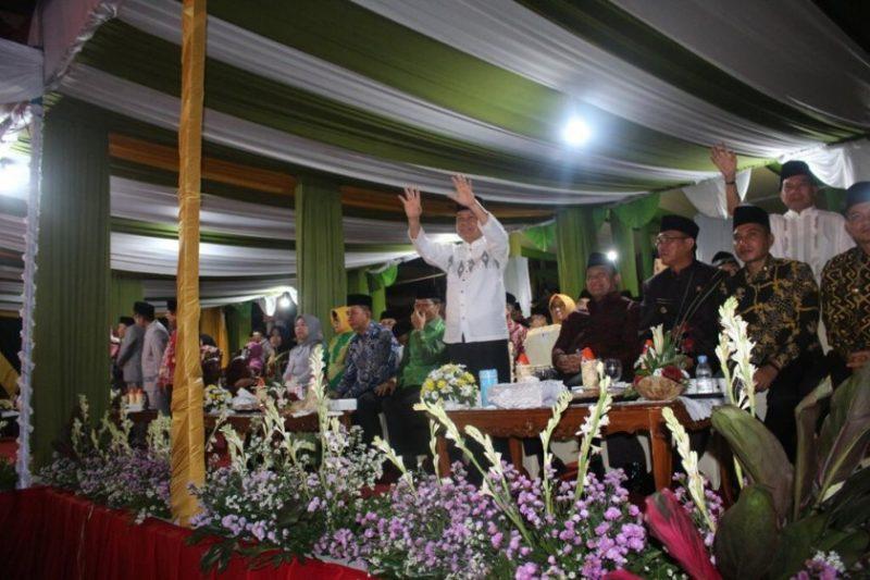 Bupati Kapuas Ben Brahim saat menyapa peserta kafilah Kapuas ketika menghadiri pembukaan STQ Kalteng XXII.