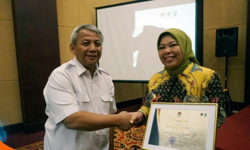 Bupati Kobar Hj Nurhidayah saat menerima piagam penghargaan.