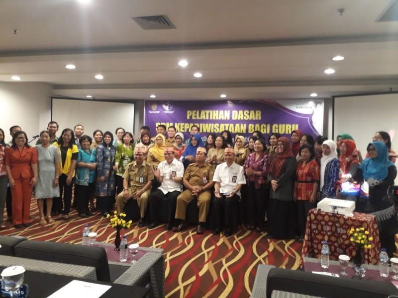 Staf Ahli Bidang Permasyarakatan dan Sumber Daya Manusia Provinsi Kalteng Yuel Tenggara saat poto bersama peserta pelatihan seusai kegiatan.