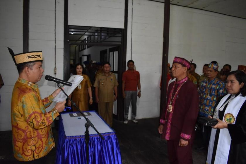Bupati Kapuas Ben Brahim saat melantik Damang Kecamatan Kapuas Hilir.