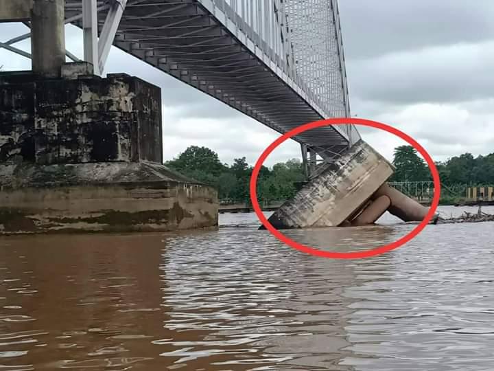 Fender yang berada dibawah jembatan tampak ambruk akibat ditabrak tongkang bermuatan batu bara.