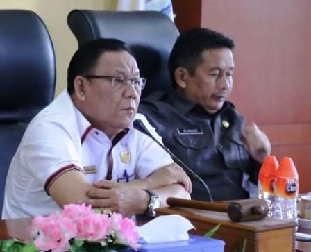 Ketua DPRD Mura Gad F Silam saat memimpin rapat.