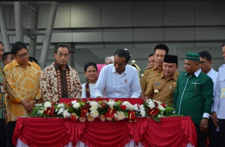 Presiden RI Jokowi saat meresmikan Terminal Baru Bandara Tjilik Riwut disaksikan Gubernur Kalteng Sugianto Sabran, dan Wagub Habib Ismail, serta sejumlah kepala FKPD dan SOPD Kalteng Senin (8/4).