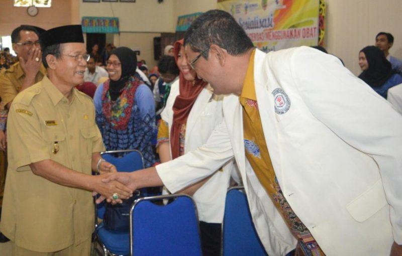 Wabup Kapuas HM Nafiah Ibnor saat bersalaman dengan peserta seusai kegiatan Kamis (4/4/2019).