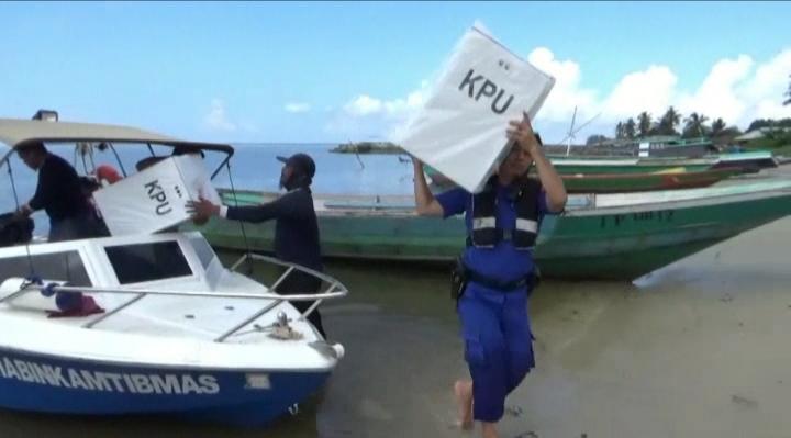 Petugas Dirtpolair Polda Kalteng saat mengangkut kotak suara hasil pemungutan beberapa TPS di pesisir Kumai Kamis (18/4).