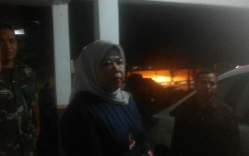 Bupati Kobar Hj Nurhidayah saat memberikan keterangan kepada awak media Sabtu (20/4) tadi malam.