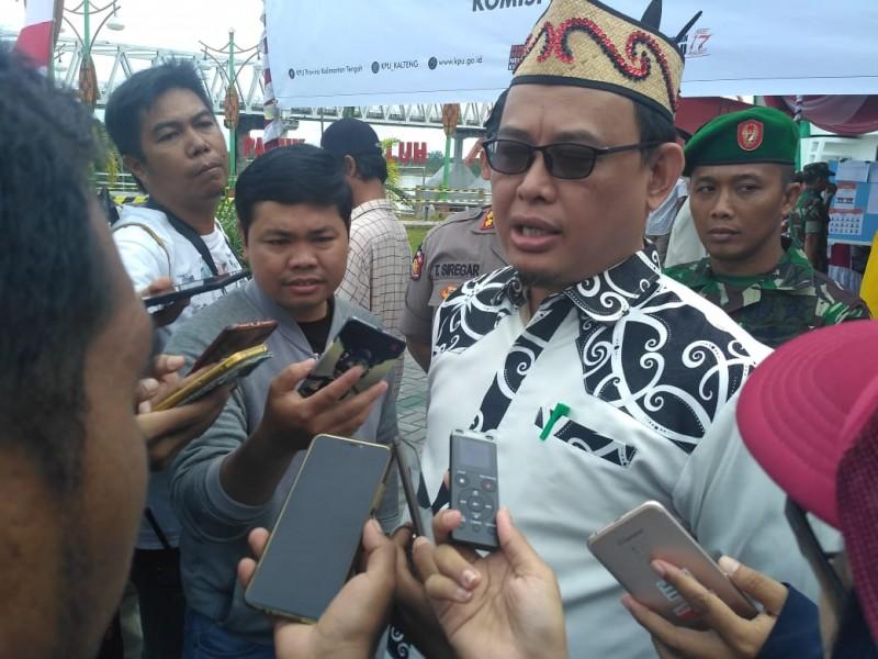 Ketua KPU Kalteng Harmain Ibrohim saat memberikan keterangan kepada awak media.
