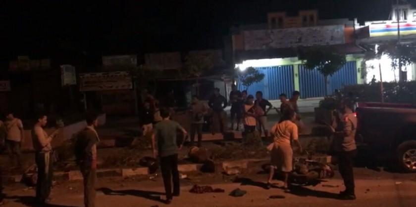 Kedua korban saat tergeletak tewas disaksikan warga Minggu (21/4) malam.