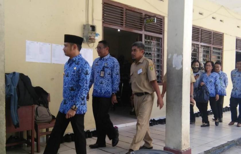 Wali Kota Palangka Raya Fairid saat menijau salah satu sekolah yang melaksanakan UNBK Senin (22/4).