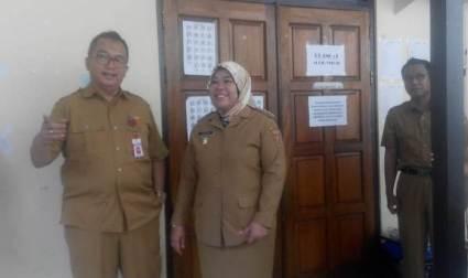 Bupati Kobar Hj Nurhidayah didampingi Kepala Dikbud Rosihan Pribadi saat meninjau salah satu sekolah Selasa (23/4).
