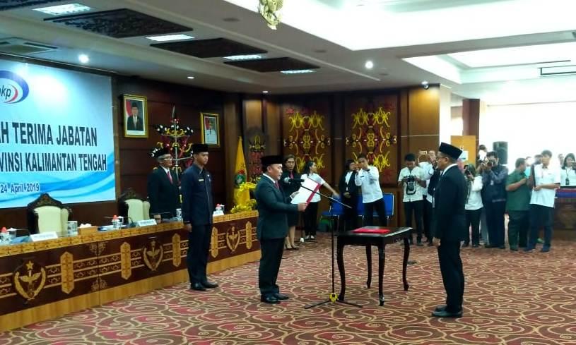 Gubernur Kalteng Sugianto Sabran saat mengukuhkan Kepala BPKP Kalteng yang baru Setia P Husada Rabu (24/4).