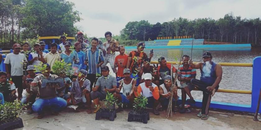 Se;uruh petugas OFI saat poto bersama sebelum menanam bibit pohon Selasa (23/4).