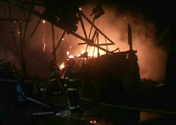 Petugas Damkar Kotim saat memadamkan api dilokasi kebakaran Selasa (23/4) tadi malam.