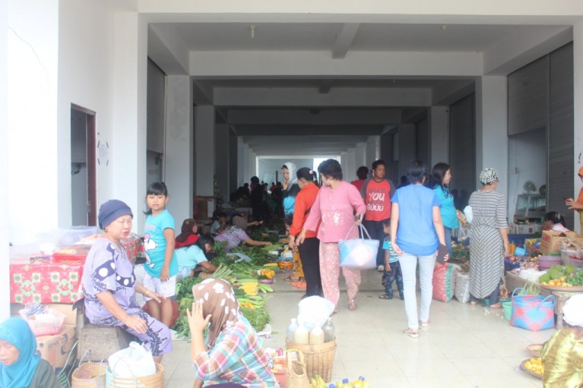 Warga Puruk Cahu saat berbelanja di pasar ketika diambil poto belum lama ini.
