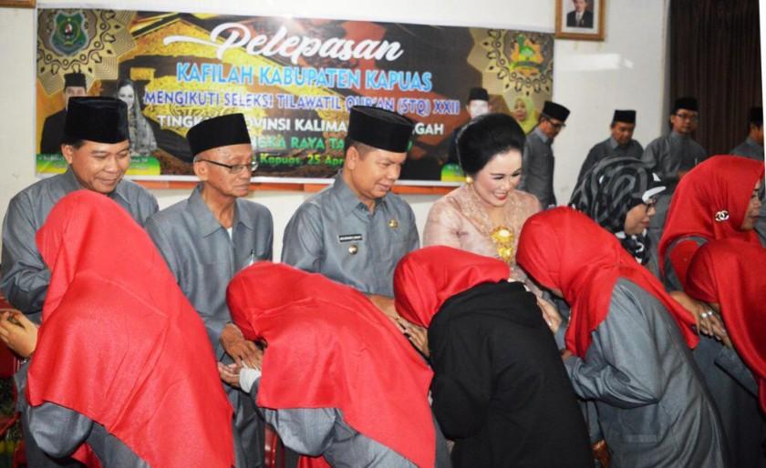 Ketua DPRD Kapuas Algarin dan Bupati Kapuas Ben Brahim saat melepas keberangkatan kafilah Kamis (25/4).