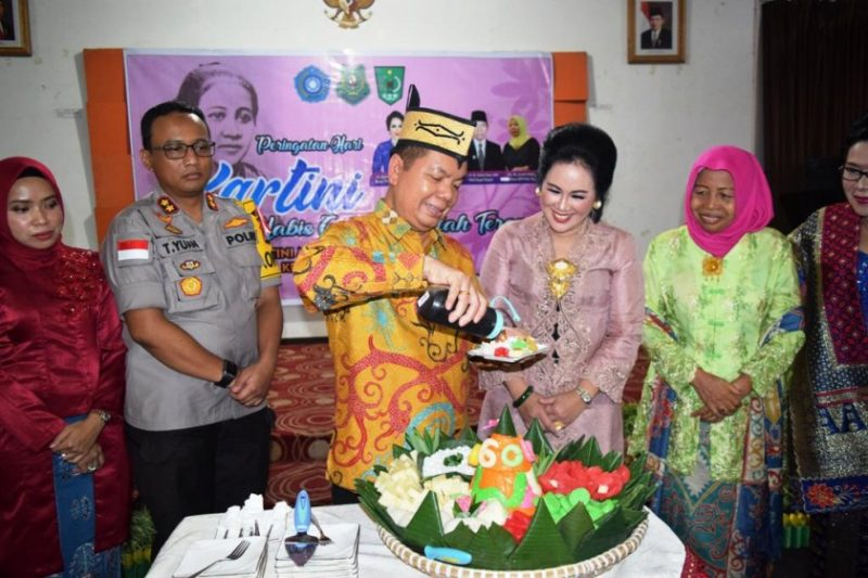 Bupati Kapuas Ben Brahim bersama istri saay memotong tumpeng pada acara peringatan Hari Kartini Jumat (26/4).