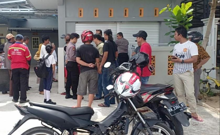 Anggota polisi dan warga saat melakukan olah TKP di lokasi kejadian Jumat (26/4).