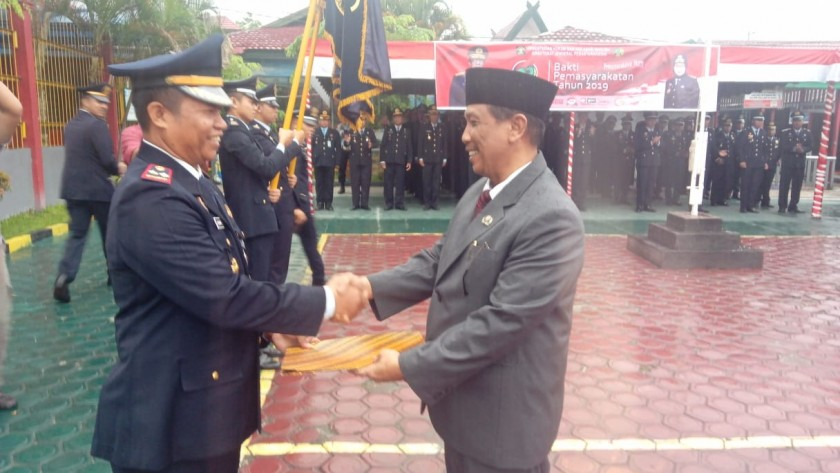 Kalapas Pangkalan Bun Kusnan saat menyerahkan penghargaan kepada Asisten II Tengku Ali Syahbana Sabtu (27/4).