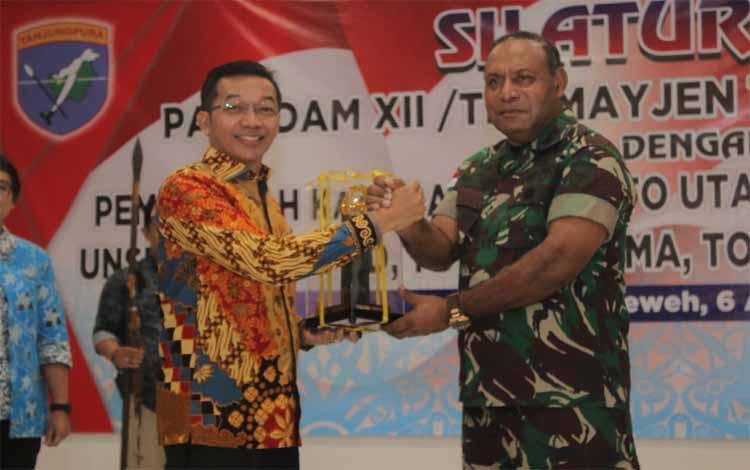 IST- Bupati Mura Perdie M Yoseph saat serah terima cinderamata dengan Panglima Kodam XII Tanjungpura Mayjen TNI Herman Asaribab.