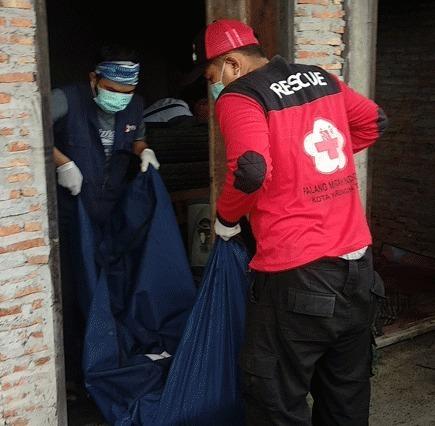 Petugas PMI Kotim saat mengevakuasi jasad korban Rabu (17/4).