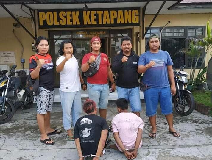 Kedua pelaku saat diamankan anggota Polres Kotim di Mapolsek Ketapang Selasa (21/5).