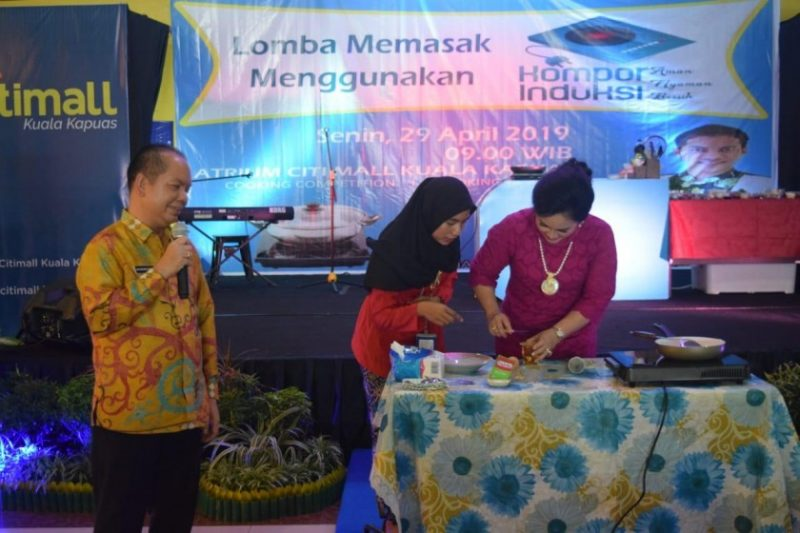 Bupati Kapuas Ben Brahim saat menghadiri lomba memasak, di Atrium Citi Mall Kapuas, Rabu (1/4/2019).