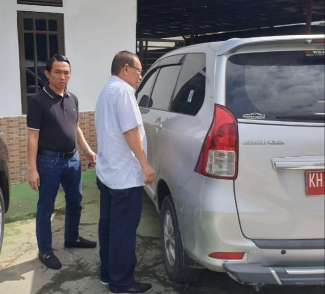 Wakil Ketua DPRD Hasanuddin Agani ketika bersiap memasuki mobil saat ditahan petugas Kejari Barsel Jumat (24/5).
