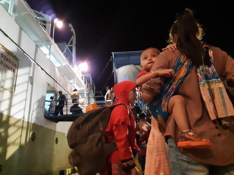 Para pemudik saat memadati Pelabuhan Panglima Utar Kumai.