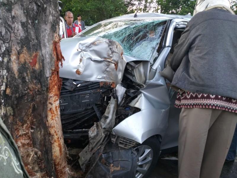 Mobil saat menabrak batang pohon seusai kejadian Kamis (30/5) pagi.
