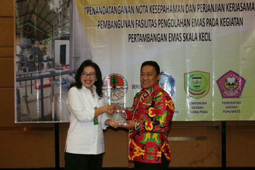 Bupati Pulpis Edy Pratowo saat serah terima cenderamata seusai menandatangani MoU dengan Kementerian LHK RI Rabu (15/5/2019).
