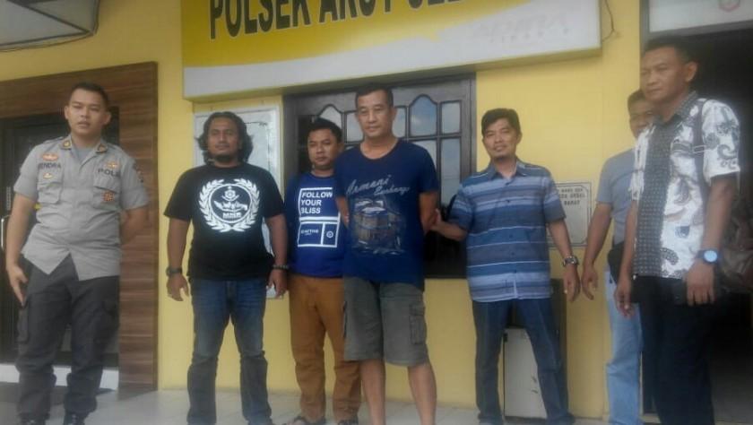Tersangka saat diamankan anggota Polsek Arsel dan Buser Polres Kobar di Mapolsek Arsel Jumat (17/5).