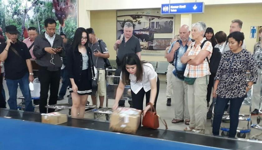 Penumpang pesawat saat mengantre mengambil barang yang diturunkan dari bagasi di Bandara Iskandar Sabtu (18/5).