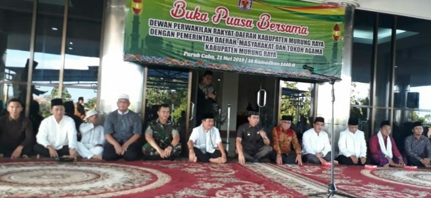 Ketua DPRD Mura Gad F Silam bersama Bupati Mura Perdie dan Wabup Rejikinnor serta sejumlah anggota dewan dan FKPD serta SOPD ketika menghadiri buka puasa bersama Selasa (23/5).