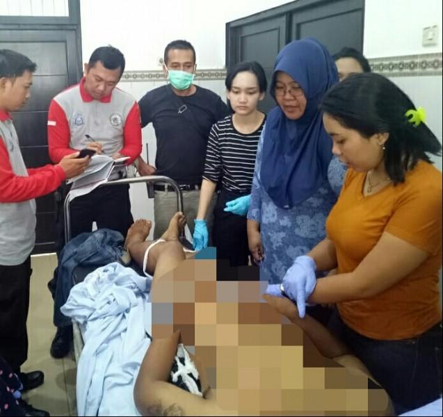 Jasad korban saat dievakuasi ke kamar jenazah ditangani tim medis RSUD Doris Sylvanus Palangka Raya, Kamis (30/5).
