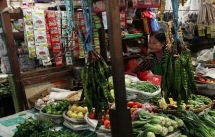 Pedagang saat berjualan di Pasar Indrasari Rabu (1/5).